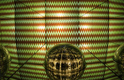 绿色和红灯显示、色的激光、镜子墙壁和镜子球,抽象背景 图库摄影