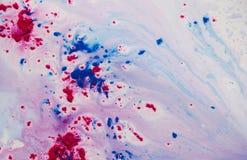 紫色和红色油漆在水中 免版税库存图片