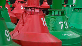 绿色和红色烽火台bouy在Emmerich 图库摄影