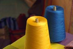 黄色和蓝色丝绸螺纹短管轴编织的在丝绸布料 免版税库存图片