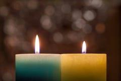 黄色和蓝色乌克兰与被弄脏的bo的旗子五颜六色的蜡烛 免版税库存照片