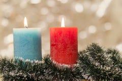 黄色和蓝色五颜六色的蜡烛有被弄脏的bokeh背景 库存照片