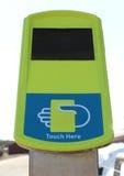 绿色和蓝色公共交通工具不接触的卡片读数设备 免版税库存图片