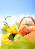 黄色和蓝色复活节背景,空间 免版税库存图片