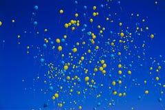 黄色和蓝色气球 免版税图库摄影