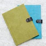 绿色和蓝色笔记本 免版税库存照片