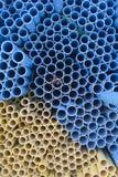 黄色和蓝色pvc管子 免版税库存照片