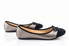 黑色和金子颜色妇女鞋子 库存图片
