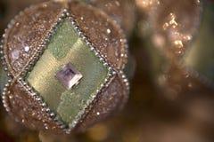 绿色和银色圣诞节装饰品 免版税图库摄影