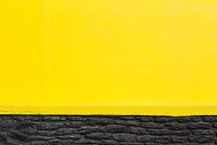 黄色和黑墙壁 库存照片