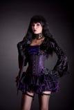紫色和黑成套装备的浪漫哥特式女孩 免版税库存图片