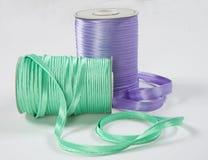 紫色和绿色丝带卷 库存图片