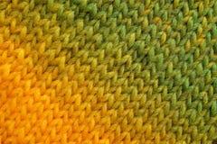 黄色和绿色对角stockinette针背景 库存图片