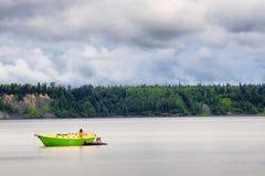绿色和黄色小船在库克湾,阿拉斯加 免版税图库摄影