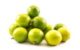 黄色和绿色柠檬和石灰在白色背景-正面图的构成 免版税库存照片