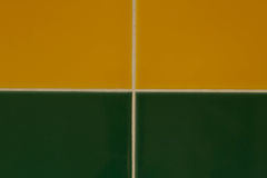 绿色和黄色瓦片背景  免版税库存照片