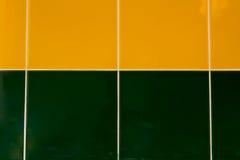 绿色和黄色瓦片背景  免版税库存图片