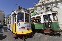 绿色和黄色电车轨道在里斯本 免版税库存图片