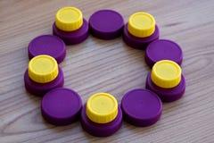 黄色和紫色盖帽圈子宠物包装 免版税图库摄影