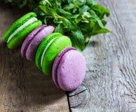 紫色和绿色蛋白杏仁饼干 免版税库存照片