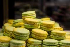 黄色和绿色蛋白杏仁饼干 免版税图库摄影