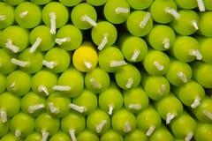 黄色和绿色蜡烛 免版税库存照片