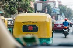 黄色和绿色计程表后面在街道上的在加尔各答,印度 库存照片