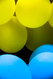 黄色和bule气球 库存图片