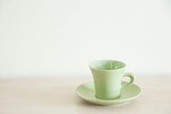 绿色咖啡杯有清楚的背景 库存图片