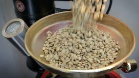 绿色咖啡豆涌入了咖啡机器 烘烤器积土用绿色咖啡豆 股票视频
