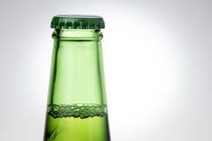绿色啤酒瓶上面  免版税库存照片