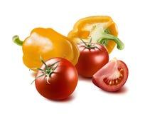 黄色喇叭花在白色背景隔绝的胡椒蕃茄 免版税库存图片