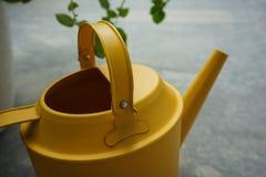 黄色喷壶 免版税库存照片