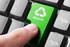 绿色回收在键盘的按钮 库存照片