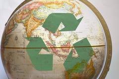 绿色回收标志和地球 免版税库存图片