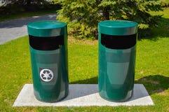 绿色回收站 免版税库存照片