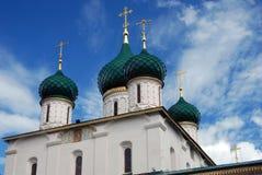 绿色圆屋顶和金黄十字架 库存照片
