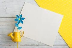 黄色圆点书桌、笔记和喷壶 库存照片