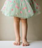 绿色圆点裙子的女孩 库存照片