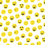 黄色圆的微笑emoji无缝的样式 意思号象平的样式传染媒介 免版税库存图片