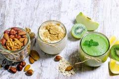 绿色圆滑的人、燕麦健康膳食和的坚果-,素食食物 库存图片