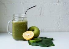 绿色圆滑的人用柠檬、苹果和菠菜 免版税库存图片