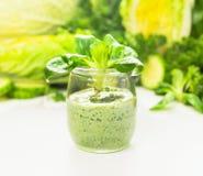 绿色圆滑的人用沙拉在玻璃瓶子,健康食物离开 库存图片