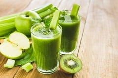 绿色圆滑的人用芹菜、菠菜和苹果 免版税图库摄影