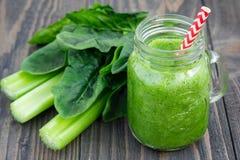 绿色圆滑的人用芹菜、黄瓜、菠菜、苹果和柠檬 免版税库存图片