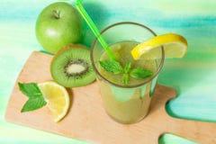绿色圆滑的人用苹果、猕猴桃、柠檬和薄菏 库存图片