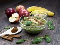 绿色圆滑的人用苹果,菠菜,香蕉,发芽了buckwhea 库存图片
