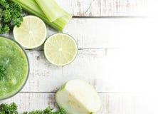 绿色圆滑的人witn芹菜茎,番石榴,石灰,绿叶 图库摄影