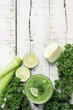 绿色圆滑的人witn芹菜茎,番石榴,石灰,绿叶 库存照片