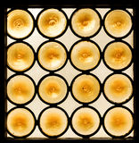 黄色圈子的样式在污迹玻璃窗里 库存照片